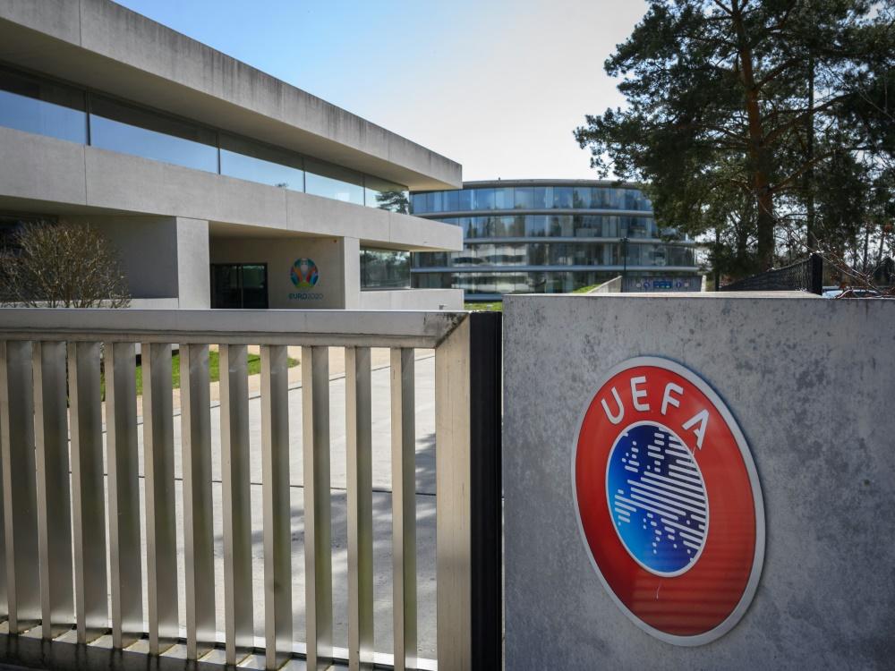 Die UEFA arbeitet an Lösungen für den Co2-Fußabdruck (© AFP/SID/FABRICE COFFRINI)