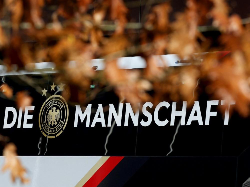 Die Nationalmannschaft fährt mit dem Bus nach St. Gallen (© AFP/SID/RONNY HARTMANN)