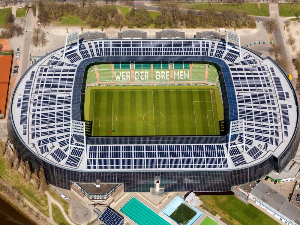 Nachhaltige Innovationen im Profifußball gefordert (© FIRO/FIRO/SID/)