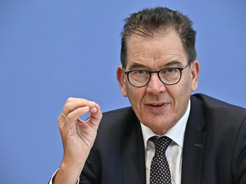 Gerd Müller wünscht sich mehr Klimaschutz im Sport (© AFP/SID/TOBIAS SCHWARZ)